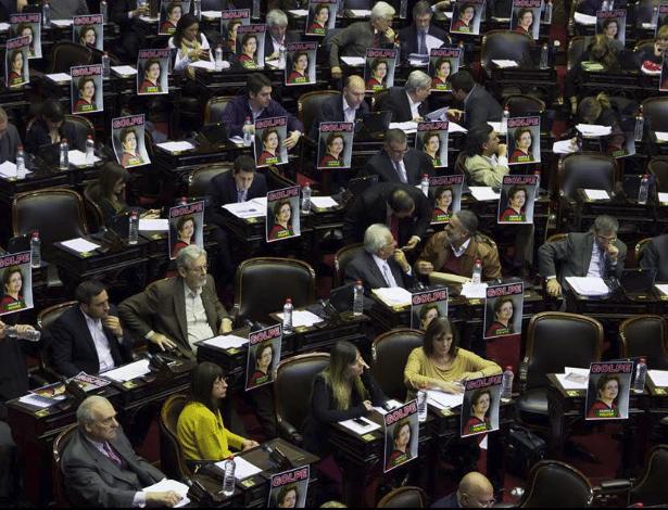 """Cartazes com a foto da ex-presidente Dilma Rousseff e a frase """"Golpe"""" foram espalhados pelo plenário do Congresso argentino na quarta-feira (31)"""
