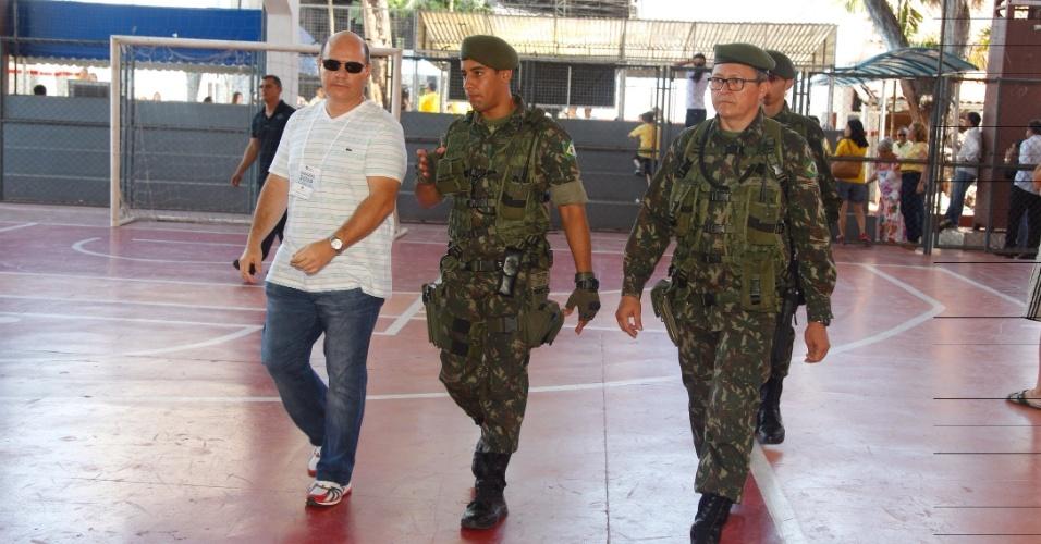 30.out.2016 - Soldados do Exército circularam por vários locais de votação em Fortaleza (CE) neste domingo (30). O reforço na segurança foi solicitado pelo TRE (Tribunal Regional Eleitoral) para 2º turno das eleições municipais
