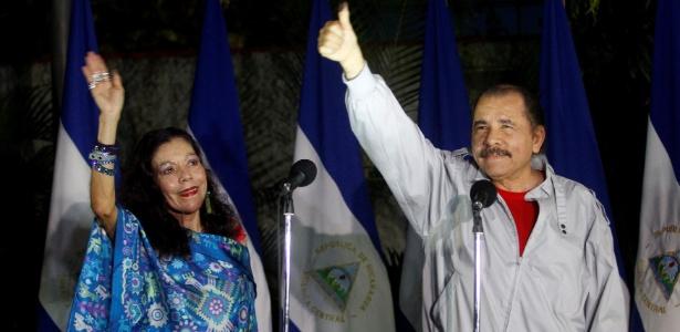 Daniel Ortega e sua mulher, Rosario Murillo, após votarem nas eleições deste domingo