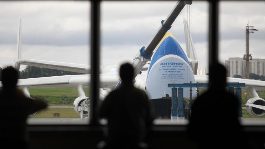 15.nov.2016 - O Antonov Mriya An-225, o maior avião do mundo, está no Aeroporto Internacional de Guarulhos, em São Paulo, e o movimento de populares para observar a aeronave foi intenso nesta manhã de terça-feira (15). Esta é a segunda vez que ele vem ao Brasil. A primeira foi em fevereiro de 2010. Depois de passar por São Paulo, a aeronave decola em direção ao Chile - Werther Santana/ Estadão Conteúdo