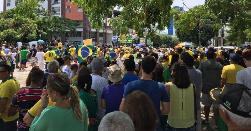 """4.dez.2016 - Manifestantes foram às ruas de Manaus (AM) em protesto contra as medidas que alteraram o projeto de lei """"Dez Medidas Contra a Corrupção"""". Também participaram do protesto 80 juízes, promotores e procuradores. Segundo a Polícia Militar do Amazonas, cerca de mil pessoas participaram"""