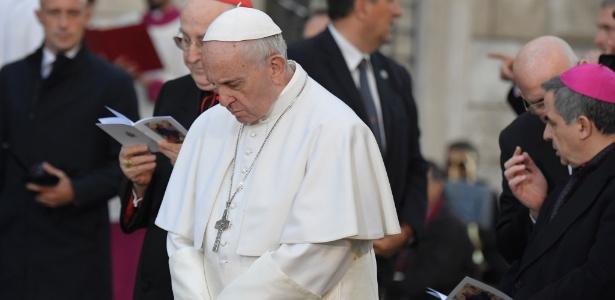 O papa Francisco reza diante da estátua da Virgem Maria durante a festa anual da Imaculada Conceição, em Roma