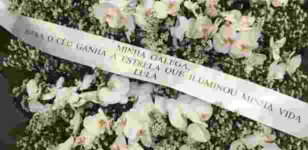 Coroa de flores com mensagem assinada por Lula. Mais de cem coroas de flores foram enviadas para o velório de Marisa Letícia - Reprodução/ Facebook