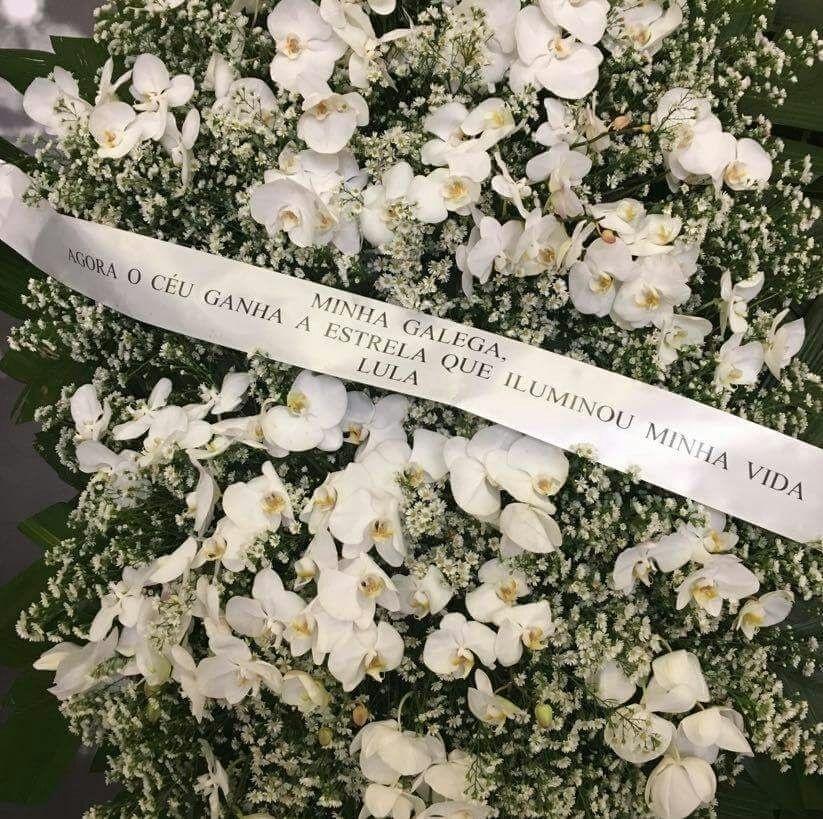 4.fev.2017 - Coroa de flores com mensagem assinada por Lula