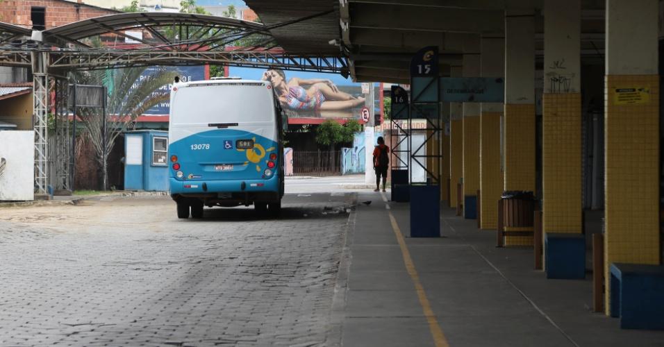 9.fev.2017 - Ônibus a caminho da garagem no Terminal de Vila Velha, no Espírito Santo. Rodoviários decretaram greve estadual após morte do presidente do sindicato da cidade de Guarapari