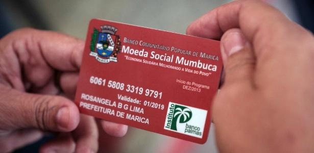 Cartão Mumbuca, moeda social criada na cidade de Maricá (RJ) - Louis Genot/AFP