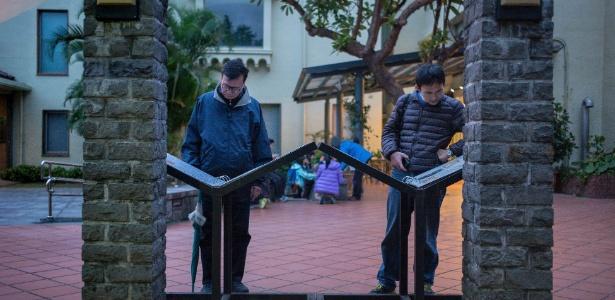 Visitantes observam exposição no Parque Memorial da Paz, local histórico em Taipé - Billy H.C. Kwok/NYT