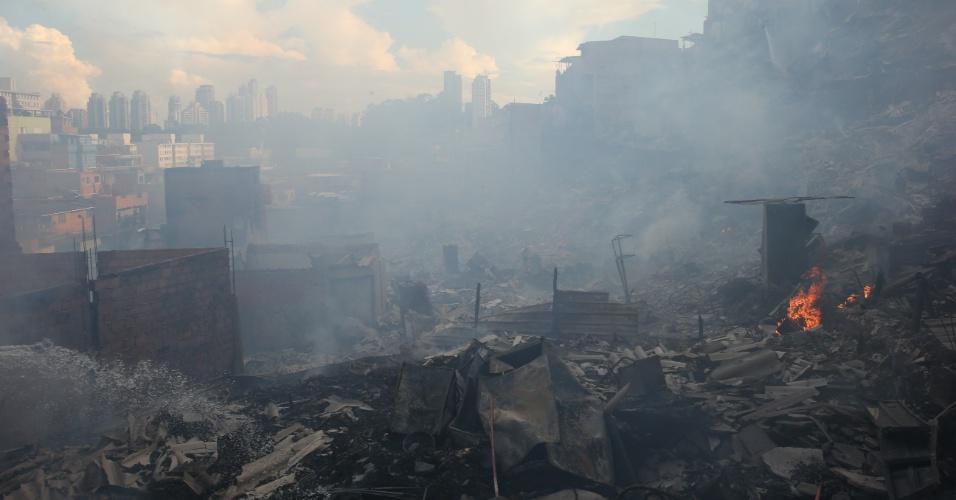 1.mar.2017 - Um incêndio de grandes proporções atingiu cerca de 50 barracos na favela de Paraisópolis, na zona sul de São Paulo. Os bombeiros receberam o chamado sobre a ocorrência às 13h44. Ao todo, 24 carros e 90 homens foram enviados a Paraisópolis para controlar as chamas.