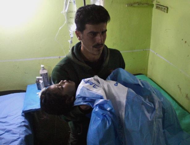 Criança inconsciente é carregada até hospital in Khan Sheikhun após suposto ataque