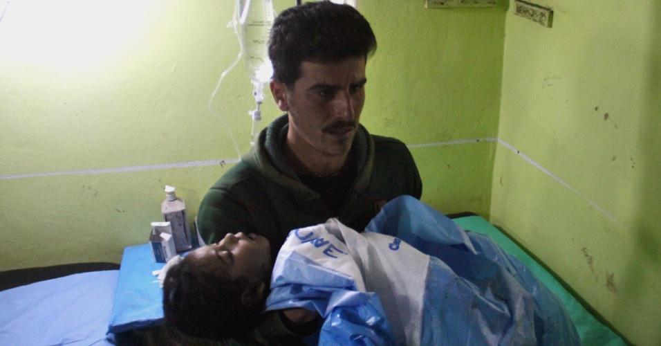 4.abr.2017 - Criança inconsciente é carregada até hospital in Khan Sheikhun após suposto ataque com gás tóxico