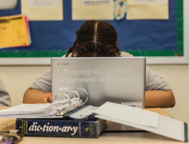 Estudante usa laptop com produtos do Google em sala de aula da Brooklyn College Academy, em Nova York