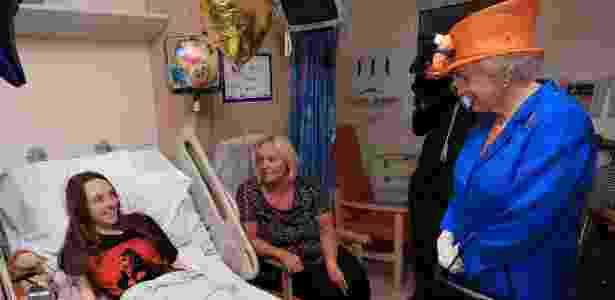 25.mai.2017 - Rainha Elizabeth II visita menores feridos no hospital infantil de Manchester - Reuters - Reuters