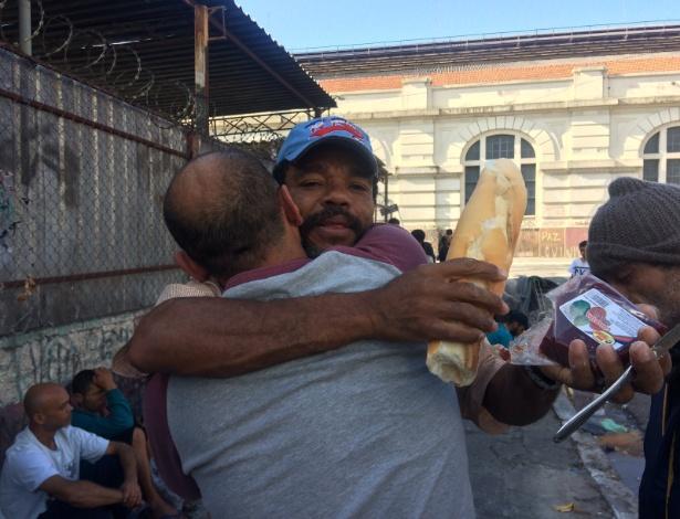 O gari José (de boné), morador de Embu das Artes (região metropolitana de SP), leva pão e água a usuários da cracolândia há um ano