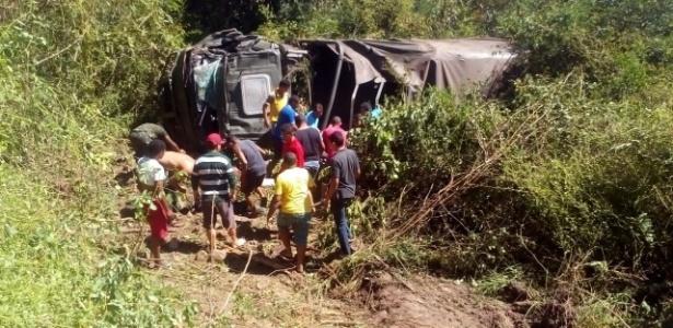 Caminhão foi parar em mata próximo à estrada