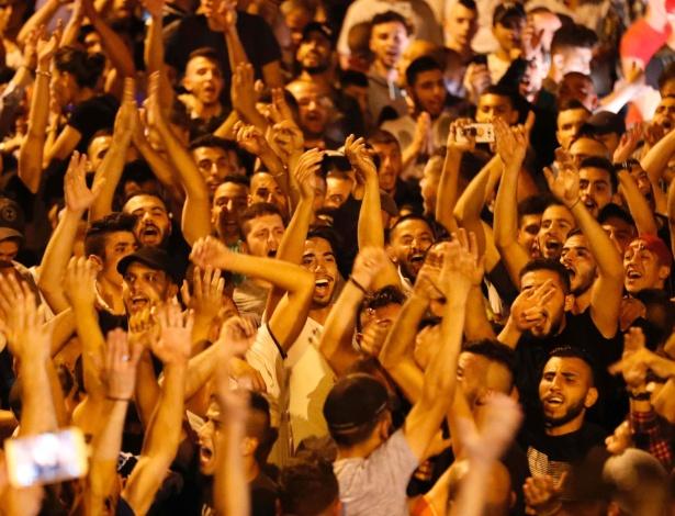 Palestinos comemoram em Jerusalém na madrugada retirada de barreiras israelenses