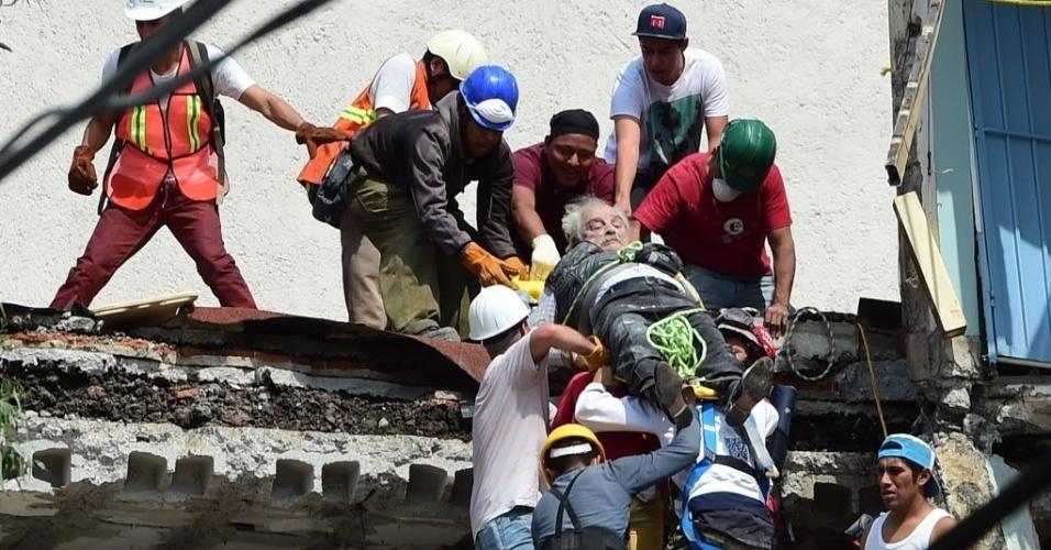 19.set.2017 - Homem é resgatado de escombros na Cidade do México