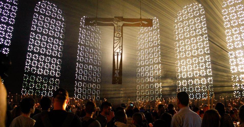 12.out.2017 - Milhares de fiéis rezam na Basílica de Nossa Senhora Aparecida para comemorar o jubileu dos 300 anos de aparição da imagem da padroeira do Brasil no Rio Paraíba