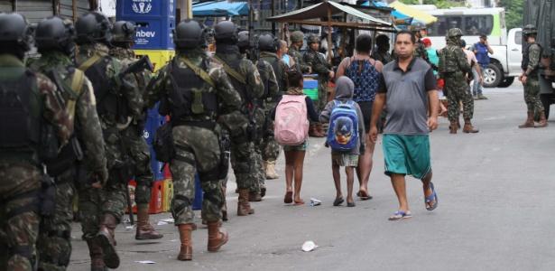 13.dez.2017 - Forças Armadas realizam operação na favela Nova Holanda e em outros pontos do Complexo da Maré, na zona norte do Rio  - José Lucena/Futura Press/Estadão Conteúdo