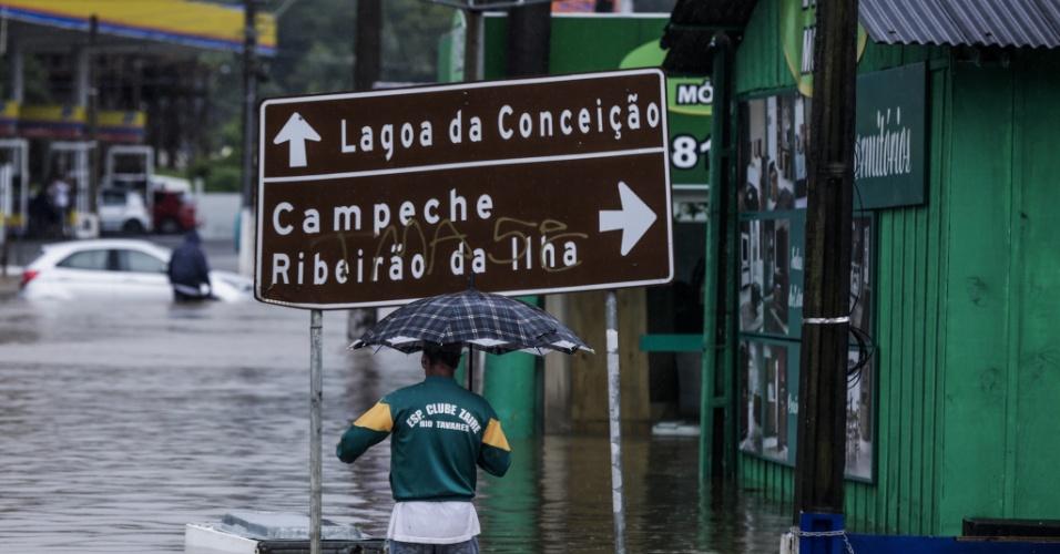 11.jan.2018 - Enchente na SC-405 e entorno, na altura do Trevo da Seta, por conta das fortes chuvas que atingem Florianópolis