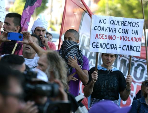Ativistas protestam em frente à casa do ex-chefe da polícia de Buenos Aires, Miguel Etchecolatz, em Mar del Plata, depois que a Justiça permitiu que ele cumpra o resto de sua prisão perpétua em casa devido à sua idade avançada