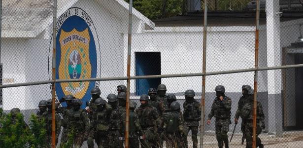 21.fev.2018 - Operação da Seap com o apoio do Exército Brasileiro de varredura na Penitenciária Milton Dias Moreira, situada no município de Japeri