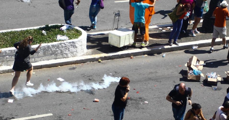 14.mar.2018 - Polícia Militar atira bomba de gás para dispersar os servidores manifestantes. Reunião Extraordinária da Comissão de Constituição e Justiça, acontece nesta quarta-feira (14), na Câmara Municipal de São Paulo, onde servidores públicos pedem a retirada da PL 621/2016