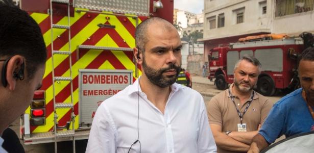 O prefeito Bruno Covas (PSDB) na região onde prédio desabou após incêndio em SP