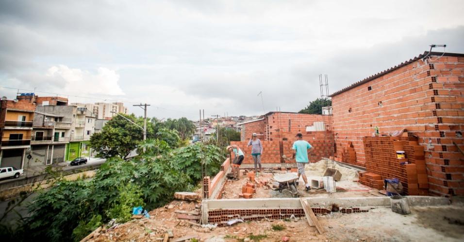 14.abr.2018 - A construção de casas em ocupações como a Terra Prometida, no Jardim Imperador, na zona leste de São Paulo, não para