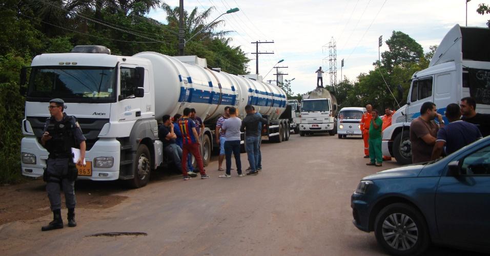 Caminhoneiros fecham parcialmente via que dá acesso às distribuidoras de combustíveis na estrada do Marapatá, no Distrito Industrial de Manaus (AM), no início da manhã desta quinta-feira (24). Vários caminhões carregados com combustíveis, inclusive de aviação, não saíram das distribuidoras. A manifestação foi motivada pelos constantes aumentos do preço do diesel