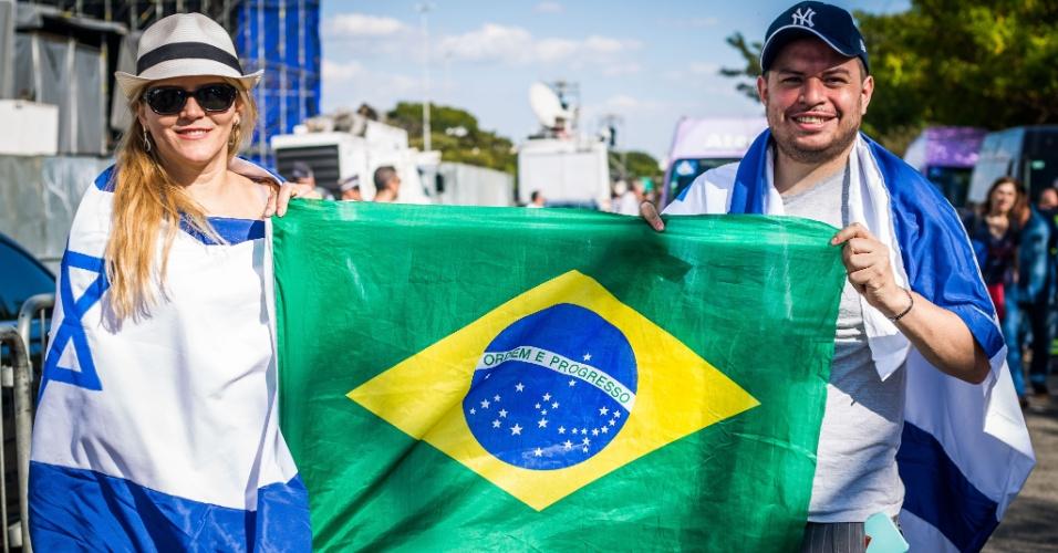 31.mai.2018 - Renato Cesar e Ana Claudia, apoiadores de Jair Bolsonaro, durante a Marcha para Jesus
