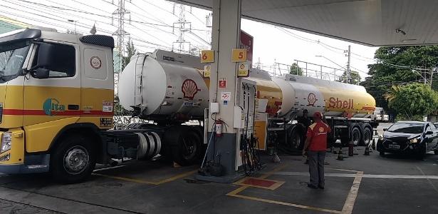 Caminhão-tanque descarrega combustível em posto da zona oeste de São Paulo