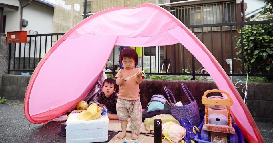 18.jun.2018 - Crianças ficam em tenda fora da casa durante terremoto em Ibaraki, no Japão