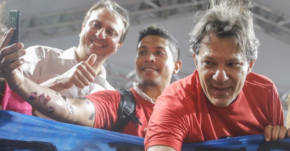 31.ago.2018 - O candidato a vice-presidente pelo PT nas eleições 2018, Fernando Haddad, ao lado do governador do Ceará, Camilo Santana (PT) (à esquerda), em ato em Fortaleza