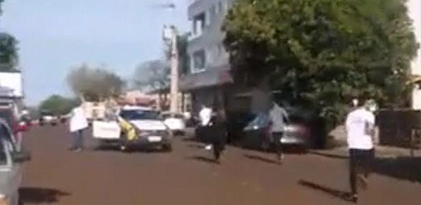 28.set.2018 - Alunos saem correndo de escola no Paraná após atirador ferir dois alunos - Reprodução/WhatsApp