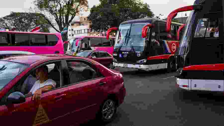 Carros e ônibus no trânsito durante a hora do rush da noite em San José, na Costa Rica - Celia Talbot Tobin/The New York Times
