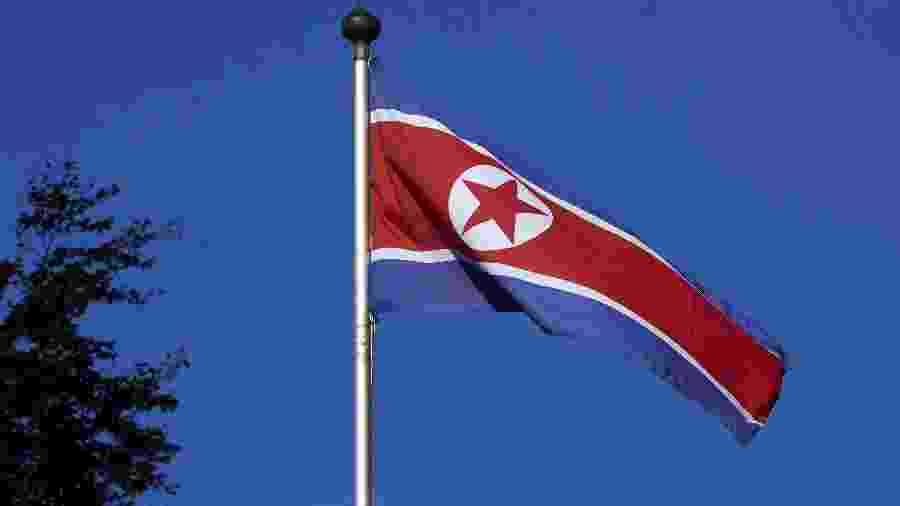 Bandeira da Coreia do Norte tremula em mastro em frente à representação permanente do país em Genebra, Suíça - Denis Balibouse/Reuters