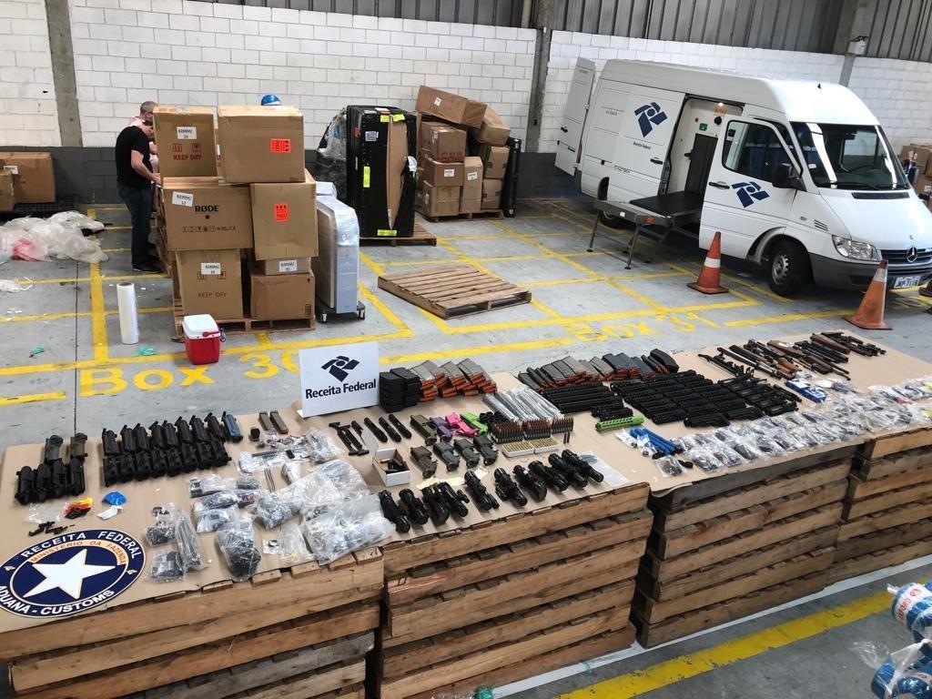 Receita apreende 24 fuzis escondidos em carga no porto de Navegantes