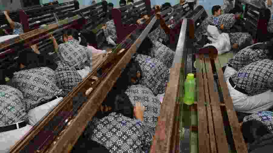 Jovens fazem treinamento para alerta de terremoto e tsunami na Indonésia - CHAIDEER MAHYUDDIN / AFP