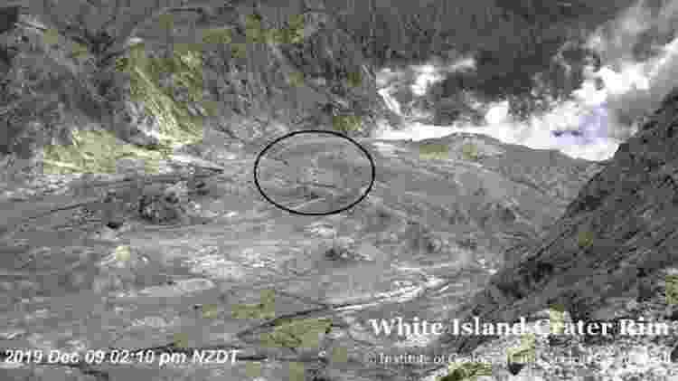 Imagem da transmissão ao vivo feita da cratera do vulcão - BBC