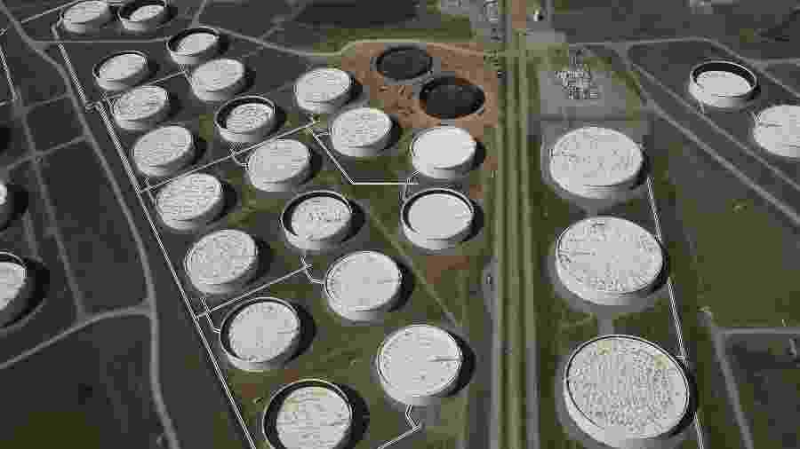Tanques para armazenamento de petróleo no centro de distribuição de Cushing, Oklahoma (EUA) - Nick Oxford