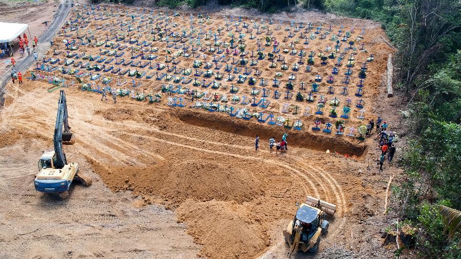 Cova coletiva aberta em cemitério de Manaus: prefeitura diz que medida é necessária para dar conta do grande número de sepultamentos causados por casos confirmados ou suspeitos de covid-19 - Sandro Pereira/Estadão Conteúdo