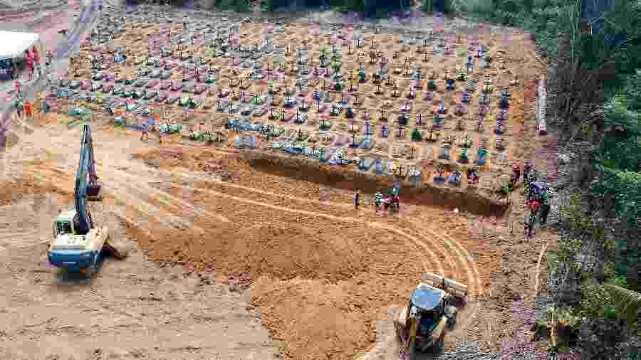 21.abr.2020 - Cova coletiva aberta em cemitério de Manaus: prefeitura diz que medida é necessária para dar conta do grande número de sepultamentos causados por casos confirmados ou suspeitos de covid-19 - Sandro Pereira/Estadão Conteúdo