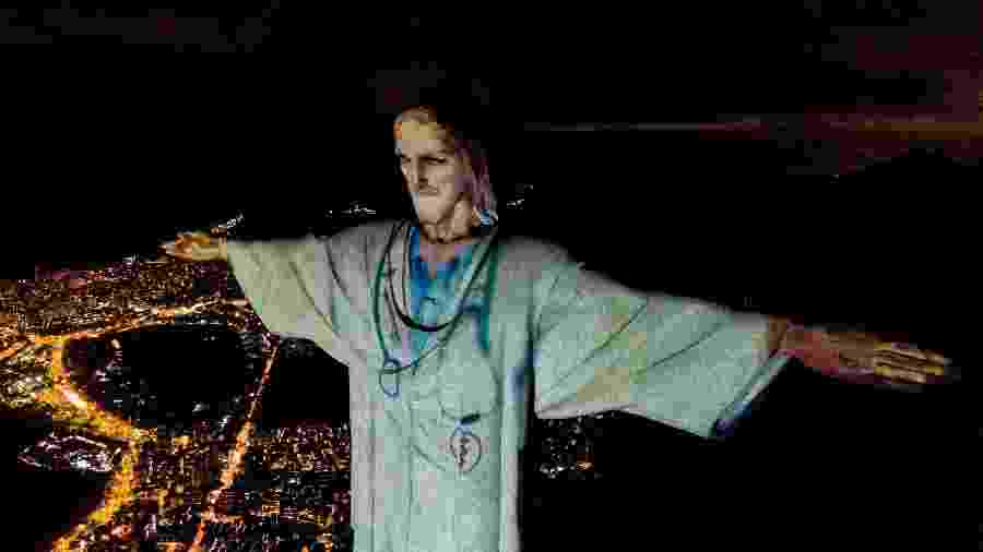 No Rio de Janeiro, Cristo Redentor homenageia médicos na luta contra o coronavírus - Buda Mendes/Getty Images