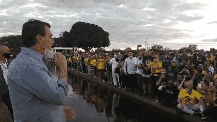 O presidente Jair Bolsonaro discursa para apoiadores neste domingo - Reprodução