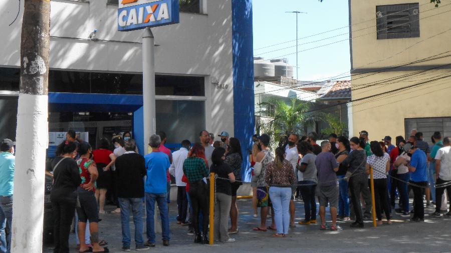 Com as novas parcelas do auxilio emergencial, agências da Caixa têm filas grandes e muita espera em diversas regiões de São Paulo - César Conventi/Fotoarena/Estadão Conteúdo