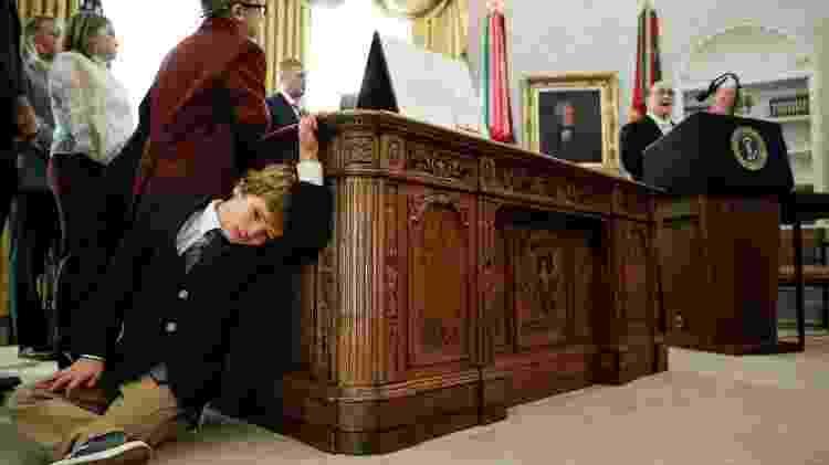 Sammy Olszta, de 6 anos, neto de Don Gable, sentado em chão do Salão Oval - Tom Brenner/REUTERS - Tom Brenner/REUTERS