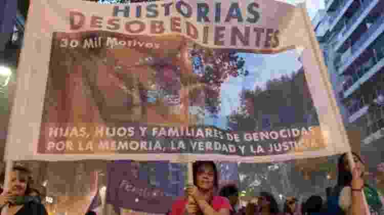 Analía (no centro) se uniou a outros filhos de agentes da ditadura e criou o coletivo Histórias Desobedientes - HISTORIAS DESOBEDIENTES - HISTORIAS DESOBEDIENTES