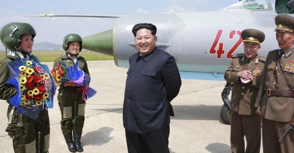 22.jun.2015 - Ditador Kim Jong-un sorri durante uma sessão de treinamento de voo para pilotos de caça do sexo feminino, nesta foto sem data liberada pela Agência de Notícias da Coreia do Norte