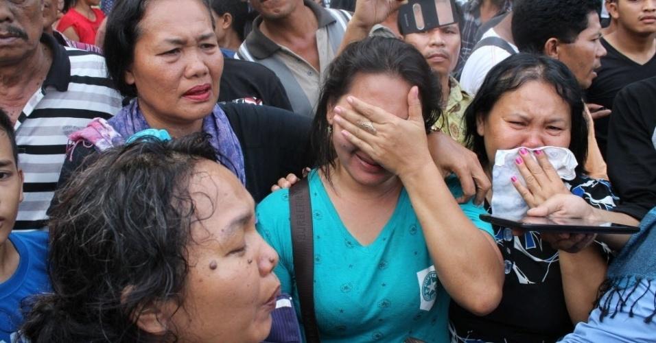 30.jun.2015 - Parentes de vítimas do acidente com o avião de transporte militar indonésio C-130 Hercules lamentam em hospital da cidade de Medan, na ilha de Sumatra, Indonésia. O acidente incendiou casas e veículos e matou mais de cem pessoas