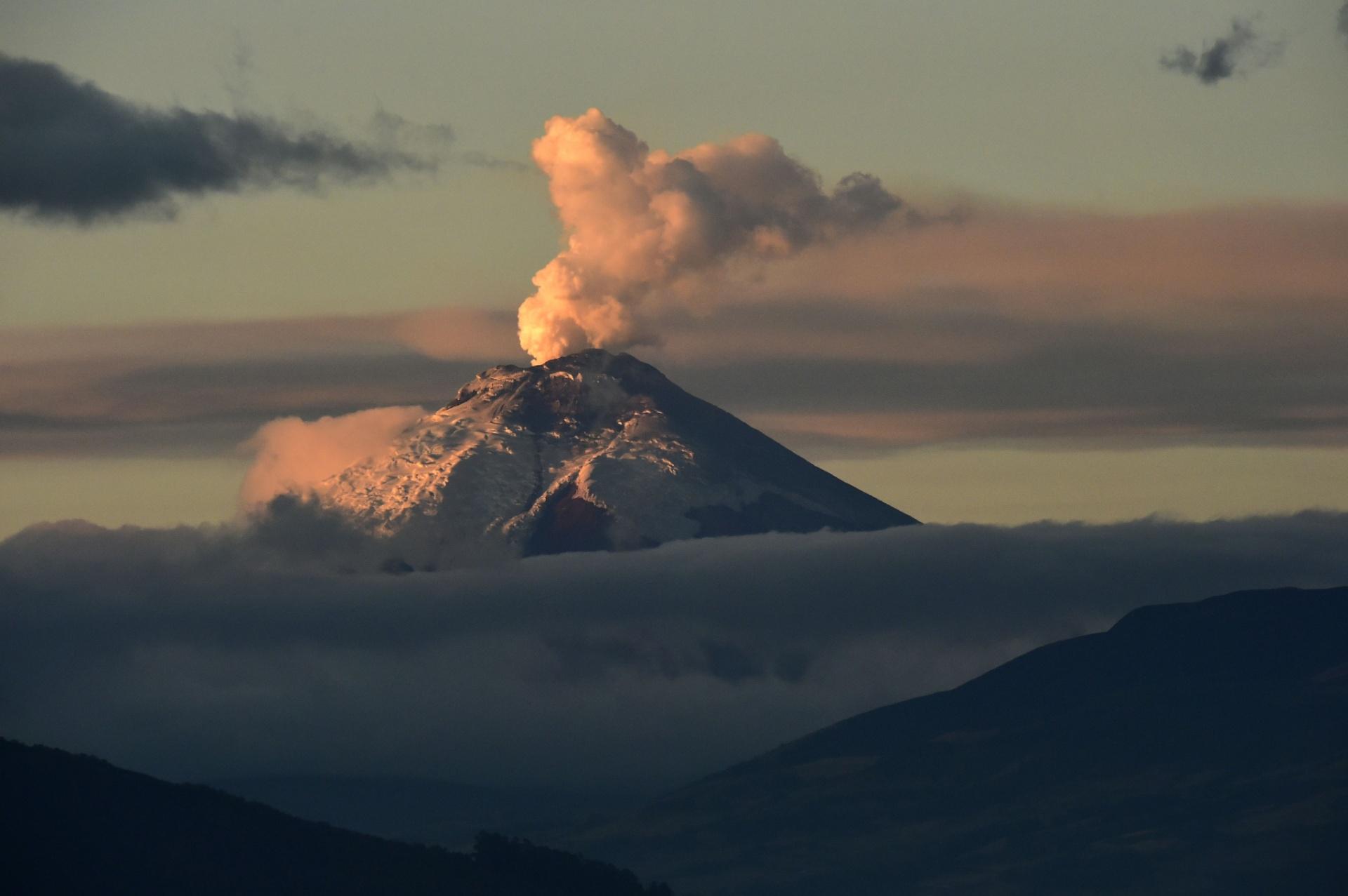 21.set.2015 - Fumaça é expelida do vulcão Cotopaxi no Equador, em imagem feita desde Quito, capital do país. A atividade vulcânica do Cotopaxi começou no dia 24 de agosto, após 138 anos de silêncio